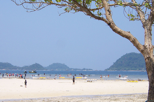 http://indonesiatraveling.files.wordpress.com/2008/12/pantai_pasir_putih_lampung_indonesia12.jpg?w=510